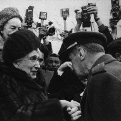 La Reina Victoria Eugenia es recibida a su regreso a España tras 37 años de exilio