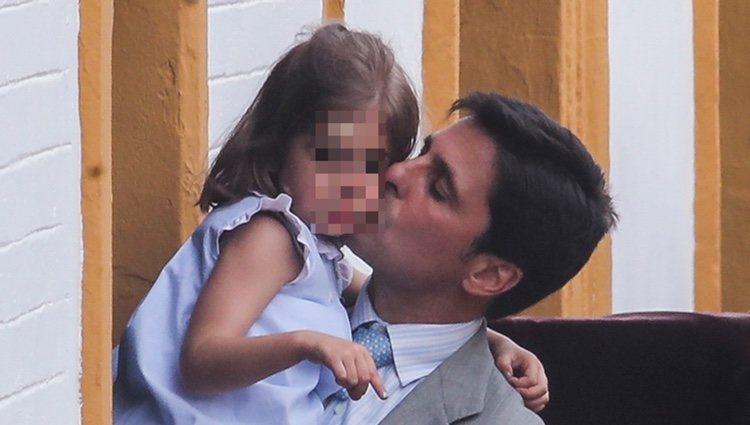 Fran Rivera besando a su hija Carmen en el inicio de la Semana Santa 2019