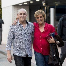 Víctor Sandoval con Chelo García Cortés tras ganar la primera edición de 'Sálvame Okupa'