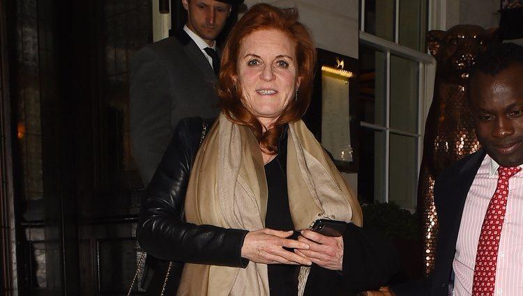 Sarah Ferguson sale de una cena con Beatriz de York y Edoardo Mapelli Mozzi