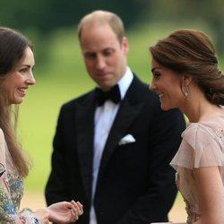 Kate Middleton y Rose Hanbury hablando frente al Príncipe Guillermo