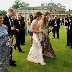 El Príncipe Guillermo hablando con David Cholmondeley y Kate Middleton hablando con Rose Hanbury