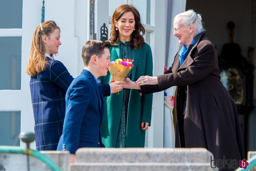 Isabel de Dinamarca entrega un ramo de flores a Margarita de Dinamarca en presencia de Christian y Mary de Dinamarca