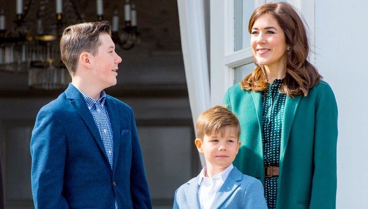 Mary de Dinamarca con sus hijos Christian y Vicente de Dinamarca en el 79 cumpleaños de Margarita de Dinamarca