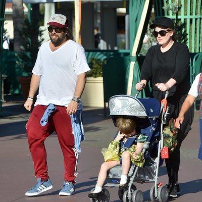 Adele paseando junto a su marido y su hijo por las calles de Disneyland en California