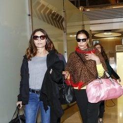 Toñi y Encarna, Azúcar Moreno, en el aeropuerto antes de 'Supervivientes 2019'