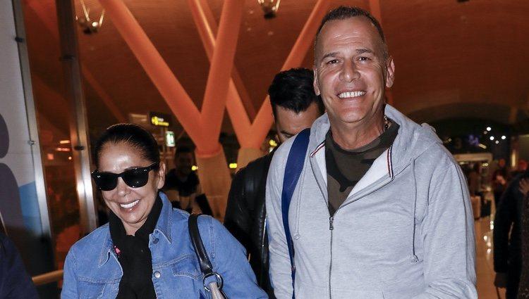 Carlos Lozano e Isabel Pantoja en el aeropuerto antes de 'Supervivientes 2019'