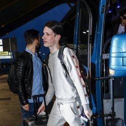 Oto Vans en el aeropuerto antes de poner rumbo a 'Supervivientes 2019'