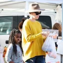 Charlize Theron junto a su hija Jackson de compras