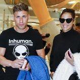 Albert Álvarez y Lidia Santos en el aeropuerto rumbo a 'Supervivientes 2019'