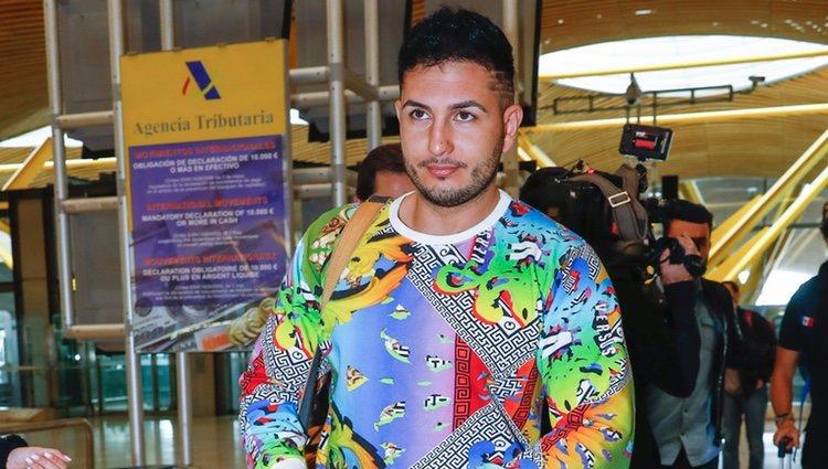 Omar Montes en el aeropuerto rumbo a 'Supervivientes 2019'
