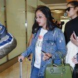 Dakota en el aeropuerto rumbo a 'Supervivientes 2019'