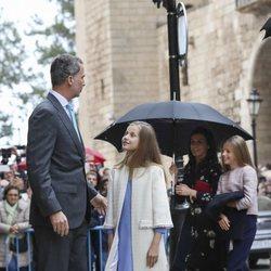 El Rey Felipe VI habla con su hija Leonor antes de la Misa de Pascua 2019