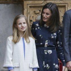 La Reina Letizia habla con la Princesa Leonor antes de la Misa de Pascua 2019