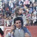 Fran Rivera con su hija Carmen en la plaza de toros de Zahara de los Atunes