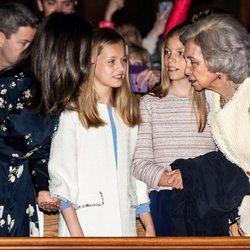 La Reina Letizia, la Princesa Leonor, la Infanta Sofía y la Reina Sofía hablan durante la Misa de Pascua 2019
