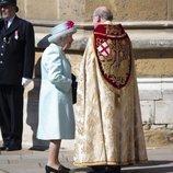 La Reina Isabel hablando con un sacerdote antes de la Misa de Pascua 2019