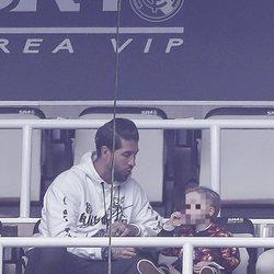 Sergio Ramos con su hijo Marco en el palco del Santiago Bernabéu