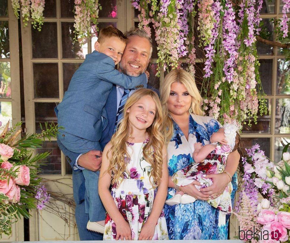 Jessica Simpson publica un posado familiar por el día de Pascua de 2019