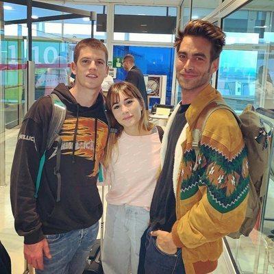 Miguel Bernardeau, Aitana Ocaña y Jon Kortajarena en el aeropuerto