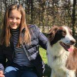 Isabel de Dinamarca con un perro