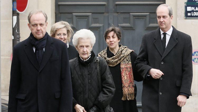 Juan de Orleans junto a su madre y sus hermanos en el funeral del Conde de París