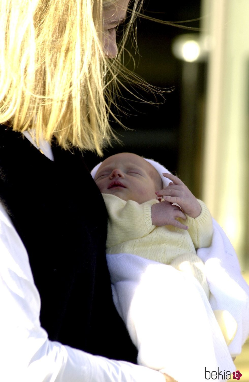 Primera imagen de Pablo Urdangarin en brazos de la Infanta Cristina