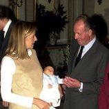 Pablo Urdangarin con el Rey Juan Carlos y la Infanta Cristina en su presentación