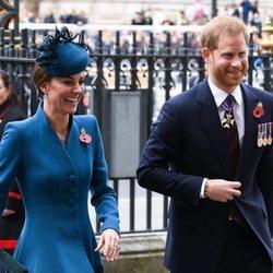 Kate Middleton y el Príncipe Harry en el Día de Anzac