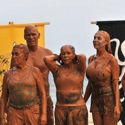Chelo García Cortés, Carlos Lozano, Isabel Pantoja y Toñi Salazar llenos de barro en 'Supervivientes 2019'