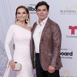Elizabeth Alvarez y Jorge Salinas en los Billboard Latin Music