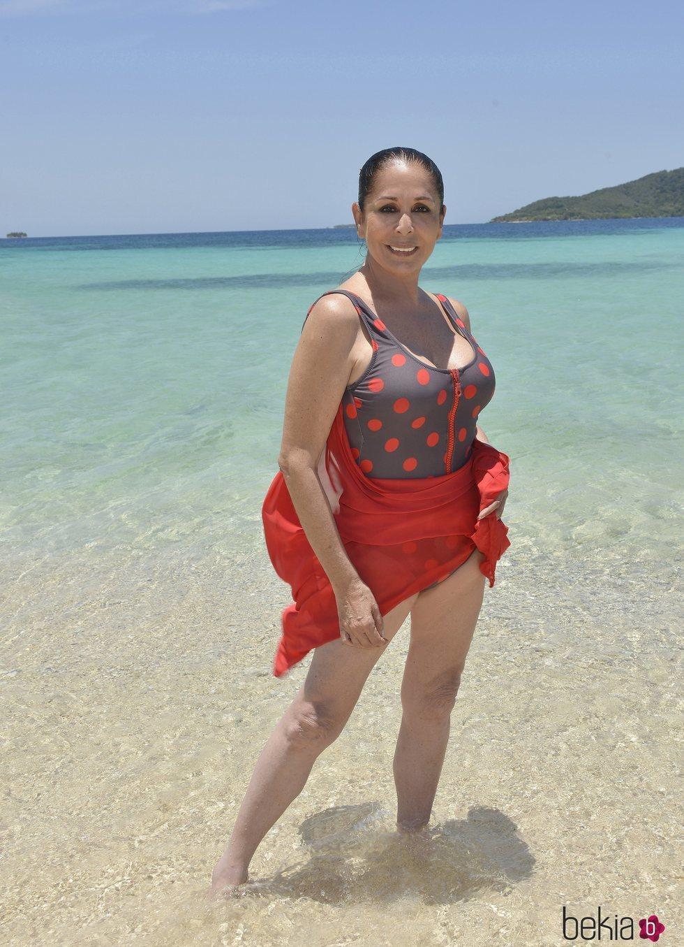 Posado oficial de Isabel Pantoja en la playa para Supervivientes 2019