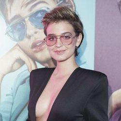 Laura esacnes presumiendo de embarazo en un evento de gafas