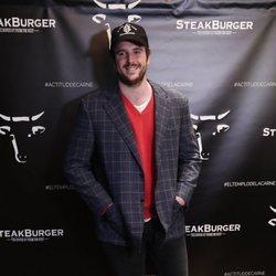 Álex Lequio en la inauguración de un nuevo restaurante de hamburguesas