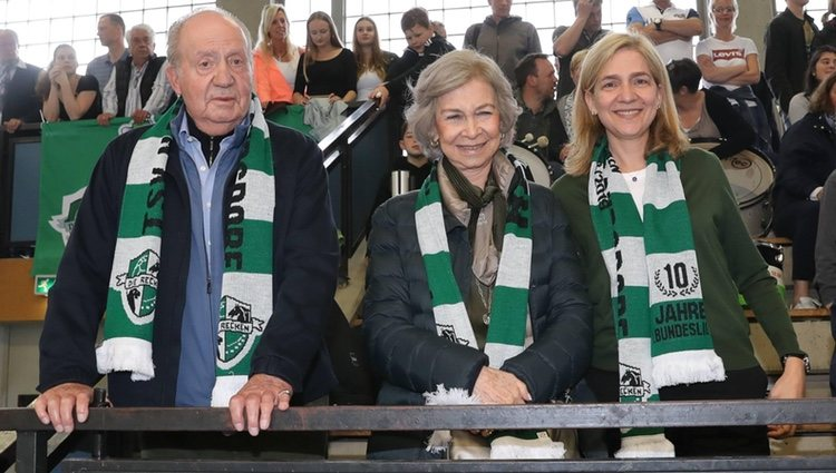 Los Reyes Juan Carlos y Sofía y la Infanta Cristina animando a Pablo Urdangarin en el balonmano