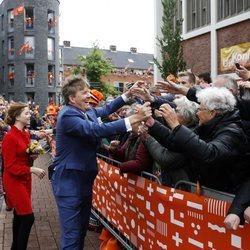 El Rey Guillermo saluda a los ciudadanos durante el Día del Rey 2019