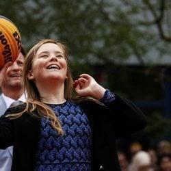 La Princesa Ariane juega al baloncesto en una de las actividades del Día del Rey 2019