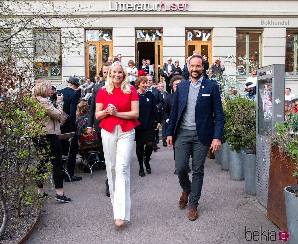 Los Príncipes Mette-Marit y Haakon de Noruega en el Litteraturhuset