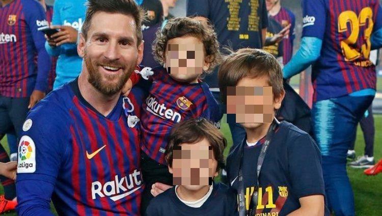 Leo Messi celebrando la victoria del F.C.Barcelona con sus tres hijos
