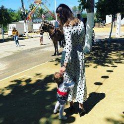 Eva González disfrutando de la feria de su pueblo con su hijo Cayetano