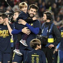 Gerard Piqué celebrando la victoria del F.C.Barcelona con sus hijos Milan y Sasha