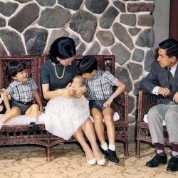 Los Emperadores Akihito y Michiko con sus hijos