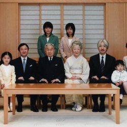Los Emperadores Akihito y Michiko de Japón con sus hijos y nietos