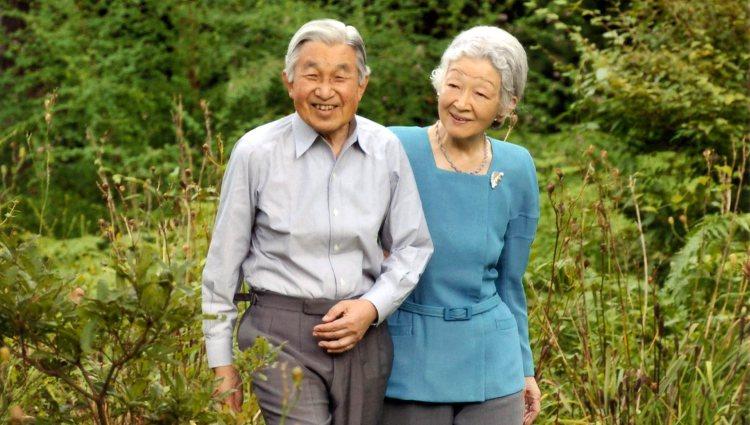 Los Emperadores Akihito y Michiko de Japón paseando por su jardín