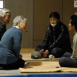 Los Emperadores Akihito y Michiko de Japón hablando con las víctimas de Fukushima