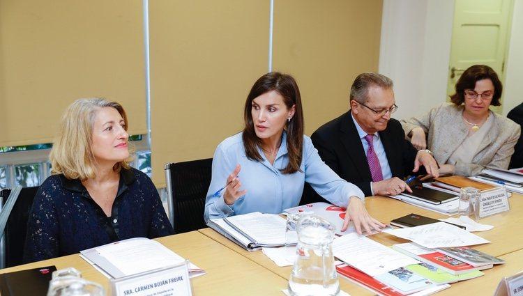 La Reina Letizia reunida en la Oficina Ténica de Cooperación de Mozambique