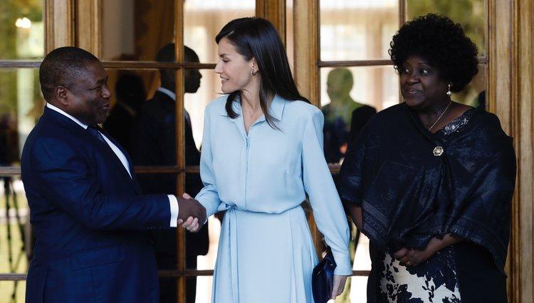La Reina Letizia saludando al Presidente de Mozambique y su mujer