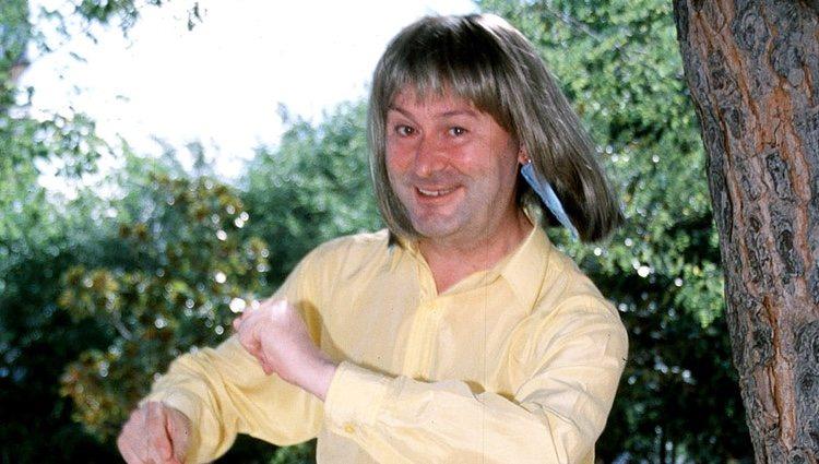 Leonardo Dantés con una peluca rubia bailando
