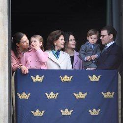 La Familia Real de Suecia en el desfile militar por el 73 cumpleaños del Rey Carlos Gustavo