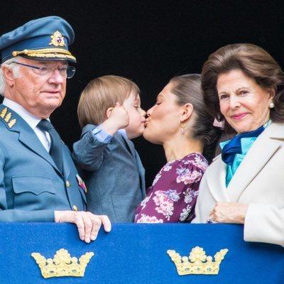 El Príncipe Óscar besa a Victoria de Suecia junto al Rey Carlos Gustavo y la Reina Silvia